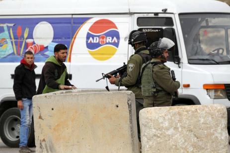 Soldados israelíes buscan un automóvil en un punto de control en el distrito Bani Na'im de Hebrón, Cisjordania el 26 de enero de 2017 [Wisam Hashlamoun - Agencia Anadolu]