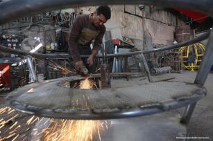 Parque infantil en Gaza, construcción y disfrute [Mohammed Asad / Middle East Monitor]