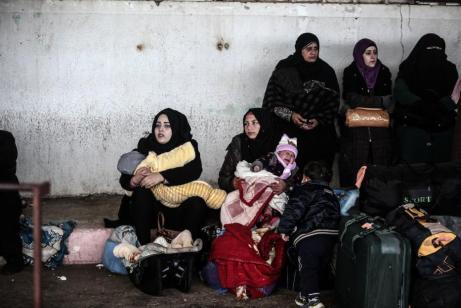 Palestinos y palestinas esperan en el cruce fronterizo de Rafa después de que la puerta fue reabierta temporalmente por las autoridades egipcias en Rafa, Gaza el 31 de enero de 2017 [Ali Jadallah - Agencia Anadolu]