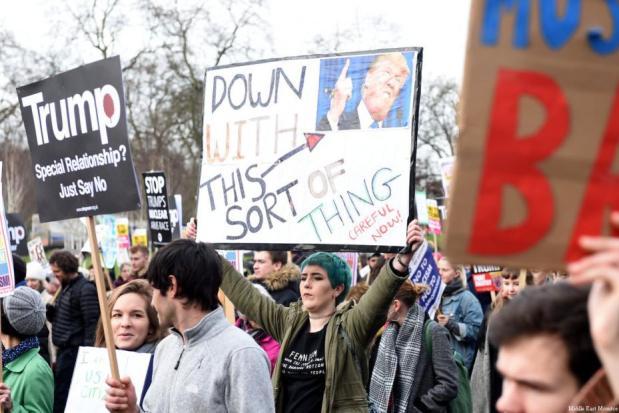 LONDRES, REINO UNIDO: Los manifestantes se congregan cerca de la embajada de los EE.UU. para demostrar contra la prohibición de los EE.UU. de los viajeros de siete países de mayoría musulmana, en Londres, Reino Unido el 4 de febrero de 2017. (Kate Green - Agencia Anadolu )