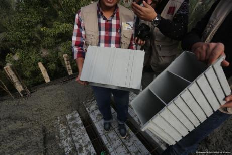 Ingenieros transforman materiales de desecho de plástico reciclado en ladrillos utilizados para techos en Gaza [Mohammed Asad / Middle East Monitor]