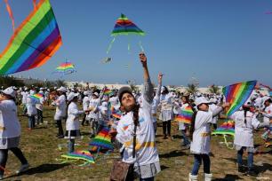 KHAN YUNIS, GAZA - Los escolares palestinos hacen volar cometas para mostrar su solidaridad con los japoneses durante un evento organizado por el Organismo de Obras Públicas y Socorro de las Naciones Unidas (UNRWA) para conmemorar el sexto aniversario del terremoto y tsunami de Tohoku, que dejó más de 18.500 muertos y desaparecidos