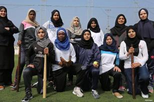 GAZA, PALESTINA- Las deportistas se entrenan para ser el próximo mejor equipo de beisbol del mundo.