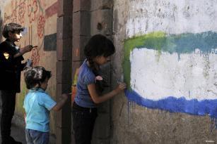 SANÁ, YEMEN- Los niños dibujan en la pared de la Universidad de Saná para mostrar su rechazo a la guerra en curso en el país