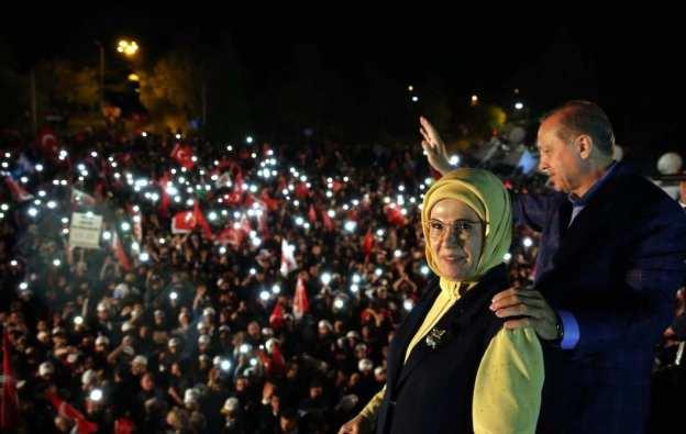 """ESTAMBUL, TURQUÍA - 16 DE ABRIL: (- USO LEGAL EXCLUSIVAMENTE - REFERENCIA OBLIGATORIA - """"PRESIDENCIA DE TURQUÍA / YASIN BULBUL / HANDOUT"""" - NO MARKETING NO CAMPAÑAS DE PUBLICIDAD - DISTRIBUIDO COMO SERVICIO A CLIENTES--) El Presidente turco Recep Tayyip Erdogan se dirige a los ciudadanos junto a su esposa Emine Erdogan cuando los resultados preliminares oficiosos del referéndum constitucional de Turquía muestran la ventaja del """"sí"""" frente al """"no"""", frente al Palacio de Huber de la Presidencia turca en Estambul, Turquía el 16 de abril de 2017. El pueblo turco votó a favor del cambio propuesto a un sistema presidencial para sustituir a la actual democracia parlamentaria, con 18 artículos que se proponen para ser enmendados en la Constitución. (Presidencia turca / Yasin Bulbul - Agencia Anadolu)"""