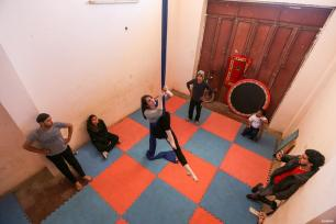 GAZA, PALESTINA- La entrenadora irlandesa Jenny Higgins imparte una clase práctica en Gaza, así como habilidades y trucos de circo.