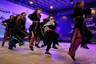 """GAZA, PALESTINA- Los niños palestinos realizan un baile tradicional durante un festival titulado """"Nuestra tierra, nuestra identidad"""" para celebrar el Día de la Tierra"""