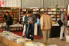 GAZA? PALESTINA- Los palestinos exploran cientos de libros durante la inauguración de la feria del libro en Gaza.