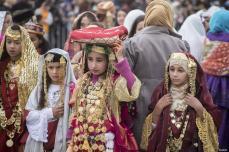 TÚNEZ, TÚNEZ- Unas niñas se visten con el tradicional vestido tunecino durante un festival cultural en Túnez.