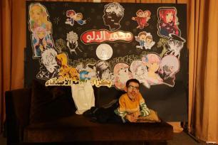 GAZA, PALESTINA- El artista palestino discapacitado Mohammed Dalu, ha abierto con éxito su propia galería de anime para que los visitantes pasen y vean.