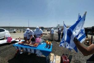 Los colonos instalan barbacoas en las afueras de la prisión de Ofer mientras los prisioneros palestinos encarcelados continúan con su cuarto día de huelga de hambre para exigir sus derechos básicos, el 20 de Abril de 2017 [24FM / Facebook]
