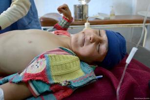 Un niño sirio recibe tratamiento después de que las fuerzas del régimen de Assad realizaran presuntamente un ataque químico en Idlib, Siria, el 4 de Abril de 2017. (Bahjat Najar - Agencia Anadolu)