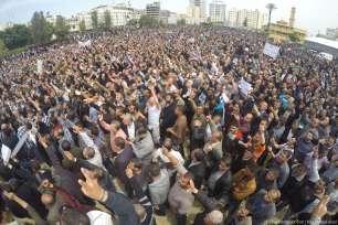 Los empleados de la Autoridad Palestina (AP) se manifiestan en la ciudad de Gaza contra la decisión de la Autoridad Palestina de imponer drásticos recortes salariales a sus empleados en Gaza, el 8 de Abril de 2017. [Imágenes y vídeos de Mohammad Asad]