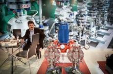 Los visitantes asisten a la 22 ª Feria Internacional de Petróleo, Gas, Refinería y Petroquímica de Irán. En Teherán, Irán, el 7 de Mayo de 2017 [Fatemeh Bahrami / Agencia Anadolu]