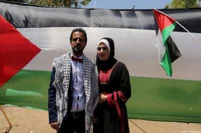 Una pareja palestina celebra su boda en una sentada en apoyo a los prisioneros palestinos en huelga de hambre. En Gaza el 11 de Mayo de 2017 [Ashraf Amra / Apaimages]