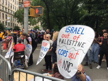 Varios activistas fueron detenidos cuando irrumpieron en la marcha conmemorativa del 50 aniversario de la victoria israelí en la Guerra de los Seis Días, el 5 Junio de 2017 [JewishVoiceForPeace/Twitter]