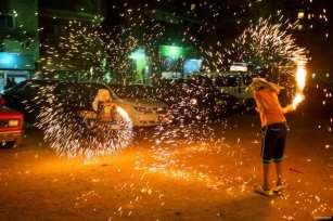 El Cairo, EGIPTO- ¡ No intenten esto en casa! Los niños juegan con fuegos artificiales