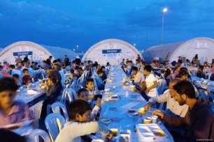 TURQUÍA- Refugiados sirios toman el iftar en un campo de refugiados turco