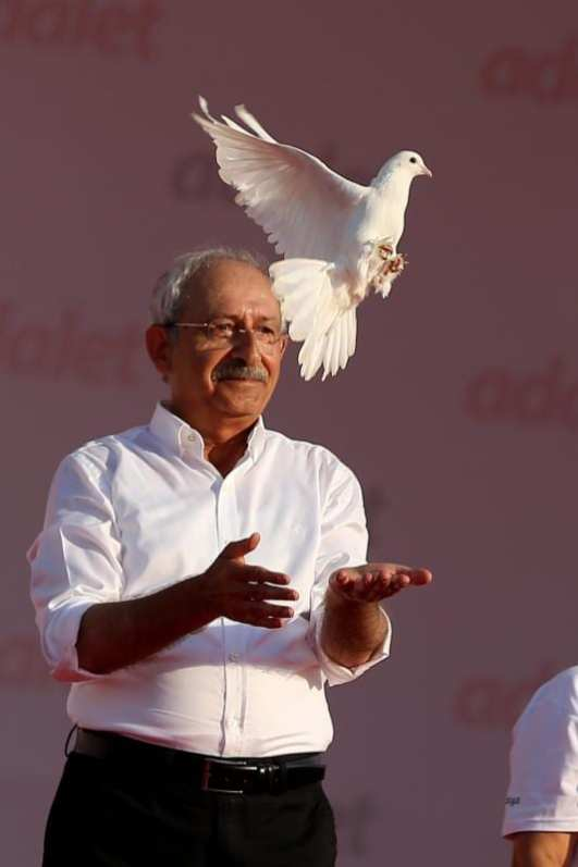 El líder del Partido Popular Republicano (PCCh) Kemal Kilicdaroglu libera una paloma blanca durante una manifestación en Estambul, Turquía el 9 de julio de 2017 [Onur Çoban / Agencia Anadolu]