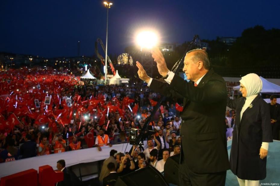 El presidente Recep Tayyip Erdogan y su mujer Emine Erdogan saluda a las masas congragdas tras la manifestación que recorrio las calles de Estambul como parte de los actos convocados para el día de la Democracia y la Unidad Nacional, que conmemora el fracaso del golpe de Estado de hoy hace un año. [Kayhan Özer / Anadolu Agency]