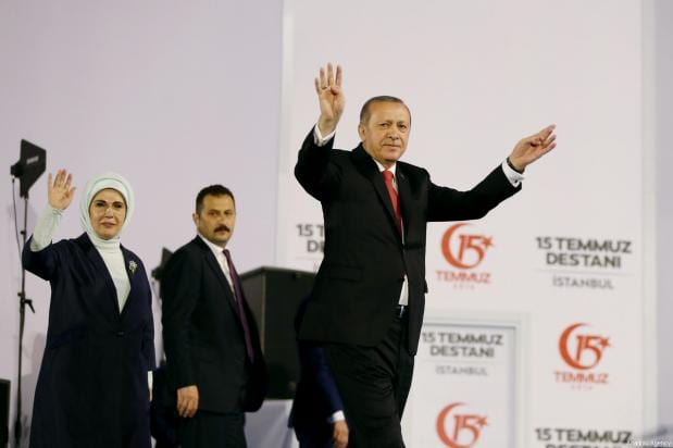 El presidente Recep Tayyip Erdogan saluda a las masas congragdas tras la manifestación que recorrio las calles de Estambul como parte de los actos convocados para el día de la Democracia y la Unidad Nacional, que conmemora el fracaso del golpe de Estado de hoy hace un año. [Kayhan Özer / Anadolu Agency]