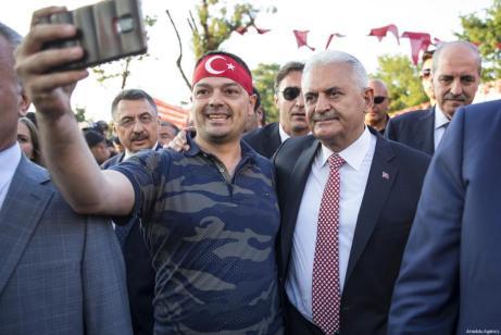 El primer ministro turco, Binali Yildirim, durante la manifestación que recorrio las calles de Estambul como parte de los actos convocados para el día de la Democracia y la Unidad Nacional, que conmemora el fracaso del golpe de Estado de hoy hace un año. [Kayhan Özer / Anadolu Agency]