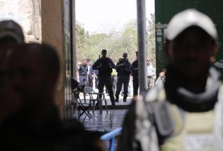 Soldados palestinos frente a los nuevos detectores de metales instalados en la entrada del comlejo de la mezquita de Al-Aqsa. En Jerusalén, el 18 de julio de 2017. (Mostafa Alkharouf/Agencia Anadolu)