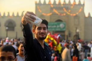 El Cairo, Egipto - Una foto con la multitud de fondo preparándose para la azala de final de Ramadán