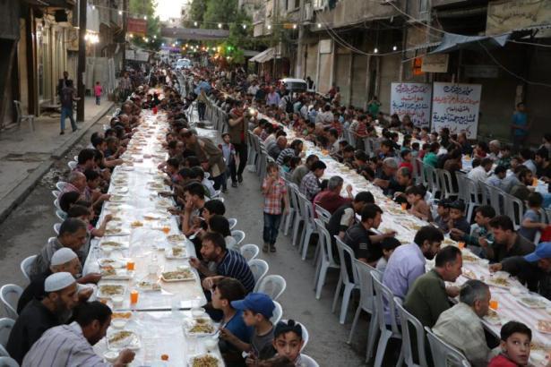 Damasco, SIRIA- ¡Buen provecho tras el largo día de ayuno! El iftar es en Douma alrededor de los restos de edificios en el distrito de Arbin