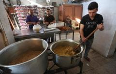 GAZA- Los gazatíes preparan comidas para compartir tras el día de ayuno