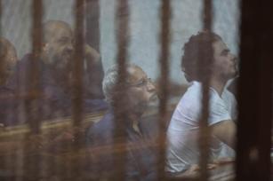 La ex guía general de los Hermanos Musulmanes de Egipto Mohammed Badie (I) y otros 21 acusados asisten a una sesión de prueba en la Academia de Policía de El Cairo en El Cairo, Egipto, el 6 de agosto de 2017 [Mostafa El-Shemy / Agencia Anadolu]