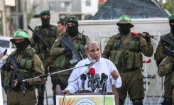 GAZA, GAZA - 6 DE AGOSTO: El líder mayor de Hamás y el miembro de la oficina política de Hamás Mahmoud al-Zahar asisten a la ceremonia de inauguración de un monumento para Mazin Fukaha, uno de los comandantes de las brigadas de Qassam que fue asesinado por persona o personas no identificadas , En la ciudad de Gaza, Gaza, el 6 de agosto de 2017. (Ali Jadallah - Agencia Anadolu)