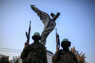 GAZA, GAZA - 6 DE AGOSTO: Los miembros de las Brigadas de Izz ad-din al-Qassam asisten a la ceremonia de inauguración de un monumento para Mazin Fukaha, uno de los Comandantes de las Brigadas de Qassam que fue asesinado por persona o personas no identificadas, Gaza el 6 de agosto de 2017. (Ali Jadallah - Agencia Anadolu)