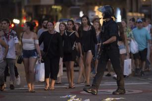 Los agentes de policía evacuan a las personas de una tienda de Las Ramblas mientras toman medidas de seguridad en la zona después de que la furgoneta atropellara a la multitud, hiriendo a varias personas en Barcelona, España el 17 de agosto de 2017 [Albert Llop / Agencia Anadolu]