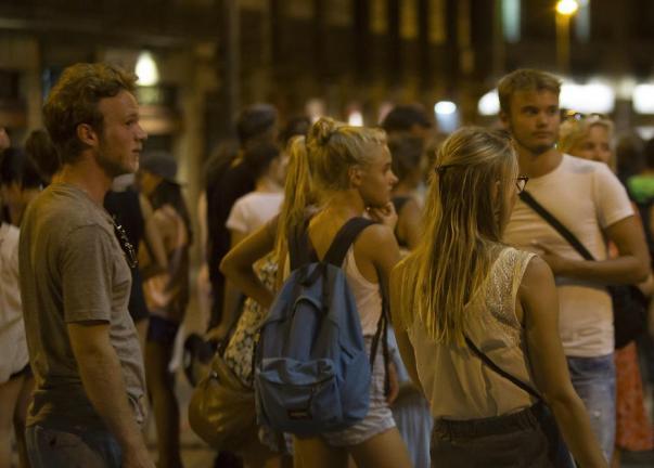 La gente se reúne cerca de donde la fuergoneta arrasó a los turistas en Barcelona, España el 17 de agosto de 2017 [Albert Llop / Agencia Anadolu]