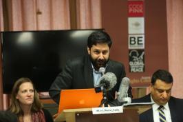 Cahit Oktay (C), de la Asociación de Periodistas, en una conferencia exigiendo la libertad del ex presidente de Egipto, Mohammed Morsi, en Nueva York el 23 de agosto de 2017 [Mohammed Elshamy / Agencia Anadolu ]
