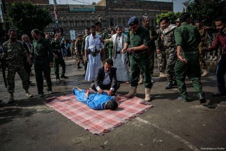 Las fuerzas yemeníes toman el cuerpo del hombre que fue ejecutado por violar y asesinar a una niña de 5 años [ShehabAgency / Twitter]