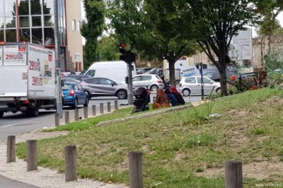Imagen de un grupo de refugiadas sirias mendigando en Saint-Denis, Francia [Middle East Monitor]