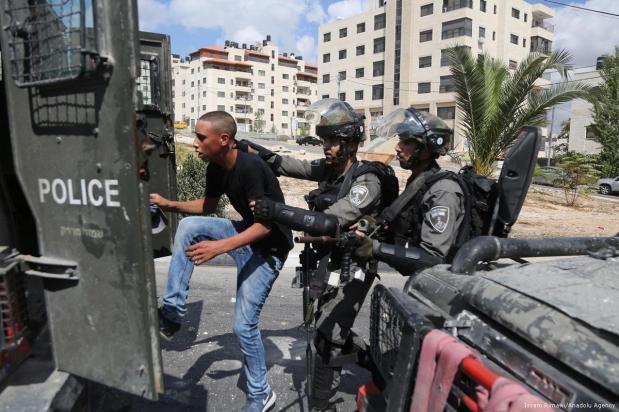 Las fuerzas de seguridad israelíes detienen a un palestino tras un enfrentamiento entre las fuerzas de seguridad israelíes y palestinos, 6 de octubre de 2017 [Issam Rimawi / Agencia Anadolu]