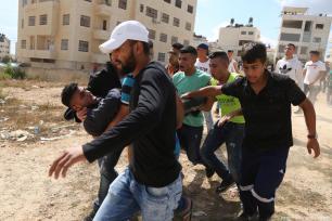 Los palestinos llevan a un herido tras los enfrentamientos entre las fuerzas de seguridad israelíes y palestinos, 6 de octubre de 2017 [Issam Rimawi / Agencia Anadolu]