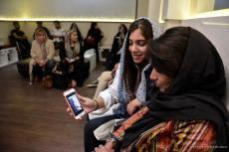 Mujeres esperan su turno en una clínica de cirugía estética en Teherán, Irán, 9 de octubre de 2017 [Fatemeh Bahrami / Agencia Anadolu]