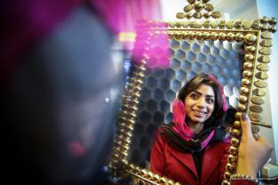 Nuna, de 33 años, se mira en el espejo después de una rinoplastia en una clínica de cirugía estética en Teherán, Irán, 9 de octubre de 2017 [Fatemeh Bahrami / Anadolu Agency]