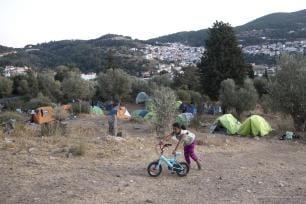 Los refugiados viven en duras condiciones en campamentos improvisados debido a la falta de capacidad de los campamentos de refugiados en la isla de Samos, Grecia, 9 de octubre de 2017 [Agencia Ayhan Mehmet / Anadolu]