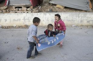 Un grupo de niños juega en campamentos improvisados debido a la falta de capacidad de los campamentos de refugiados en la isla de Samos, Grecia, 9 de octubre de 2017 [Agencia Ayhan Mehmet / Anadolu]