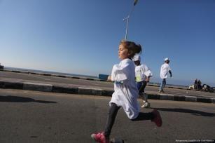 La Federación Palestina de Atletismo en la Franja de Gaza organiza un maratón para celebrar el final de las divisiones internas [Mohammed Asad / Middle East Monitor]