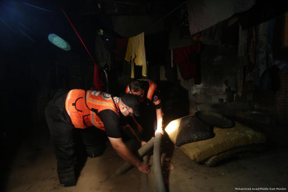 Equipo de rescate de emergencia después de que fuertes lluvias bloquearan las carreteras en Gaza el 27 de noviembre de 2017 [Mohammed Asad / Middle East Monitor]