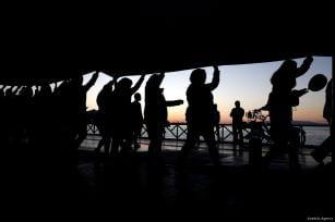 IZMIR, TURQUÍA- Un grupo de personas disfruta del atardecer en una fiesta en un barco