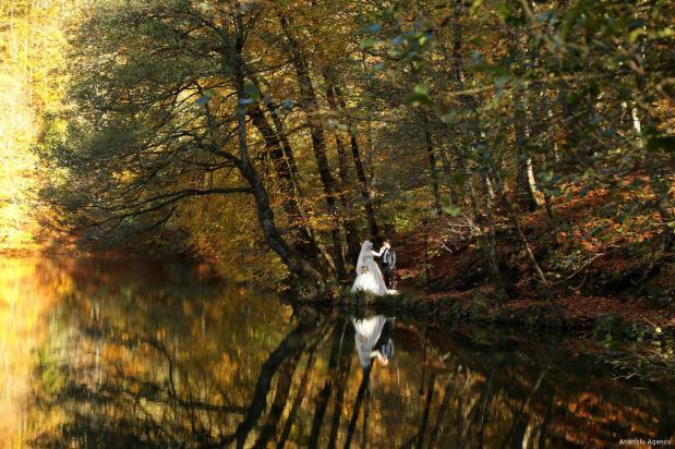 BOLU, TURQUÍA - Una pareja recién casada posa en el Parque Nacional de Turquía.