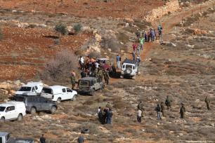 Un grupo de palestinos se enfrenta a soldados israelíes después de que un agricultor palestino fuese asesinado a tiros por colonos judíos en la aldea de Khusra de Nablus, en Cisjordania, 30 de noviembre de 2017. Tras este enfrentamiento, el grupo de palestinos detuvo a los colonos judíos en una cueva y los soldados israelíes llegaron al lugar y recibieron a estos colonos judíos detenidos. [Agencia Nedal Eshtayah / Anadolu]