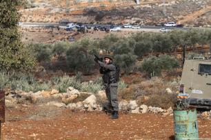 Un soldado israelí a un grupo de palestinos que se enfrenta a soldados israelíes después de que un agricultor palestino fuese asesinado a tiros por colonos judíos en la aldea de Khusra de Nablus, en Cisjordania, 30 de noviembre de 2017. Tras este enfrentamiento, el grupo de palestinos detuvo a los colonos judíos en una cueva y los soldados israelíes llegaron al lugar y recibieron a estos colonos judíos detenidos. [Agencia Nedal Eshtayah / Anadolu]